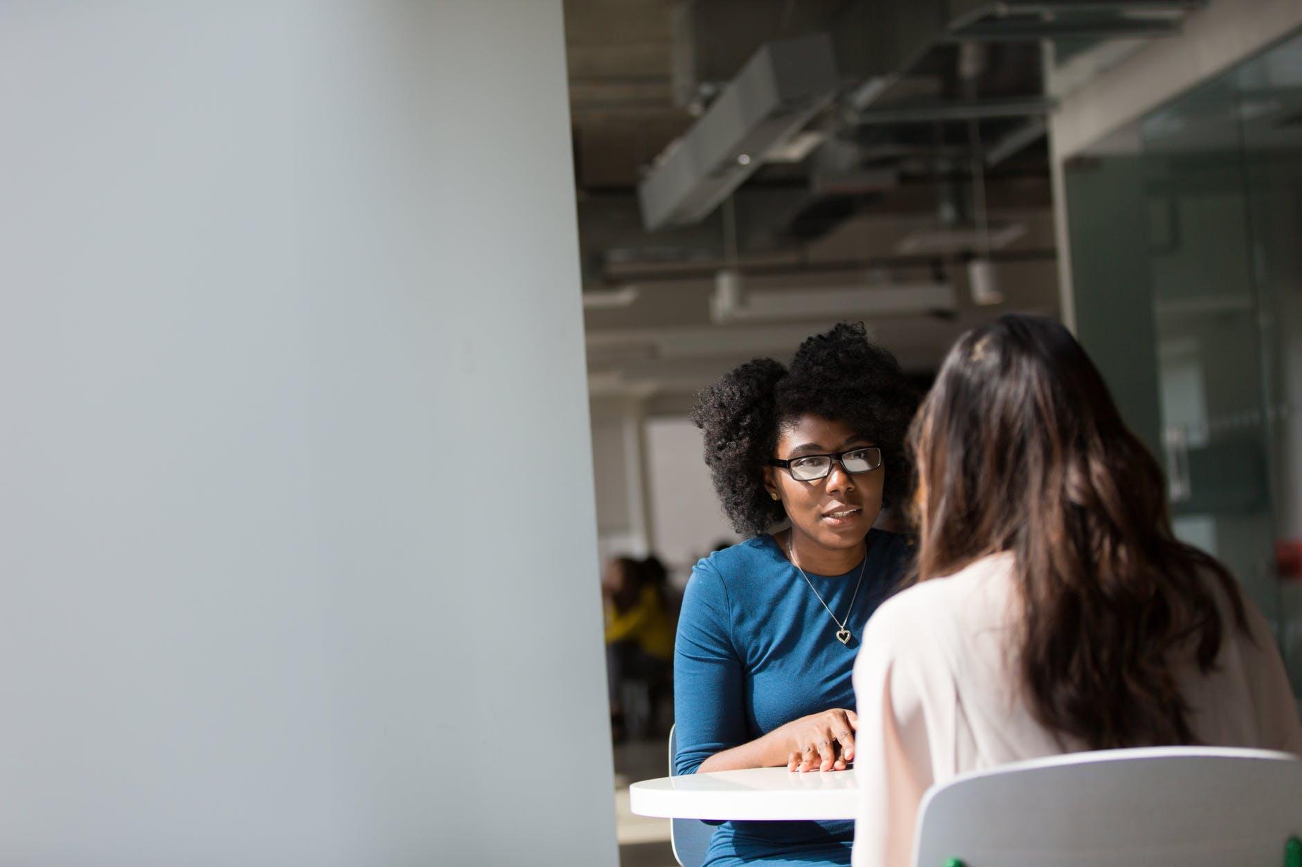 Discussion de deux femmes sur une table